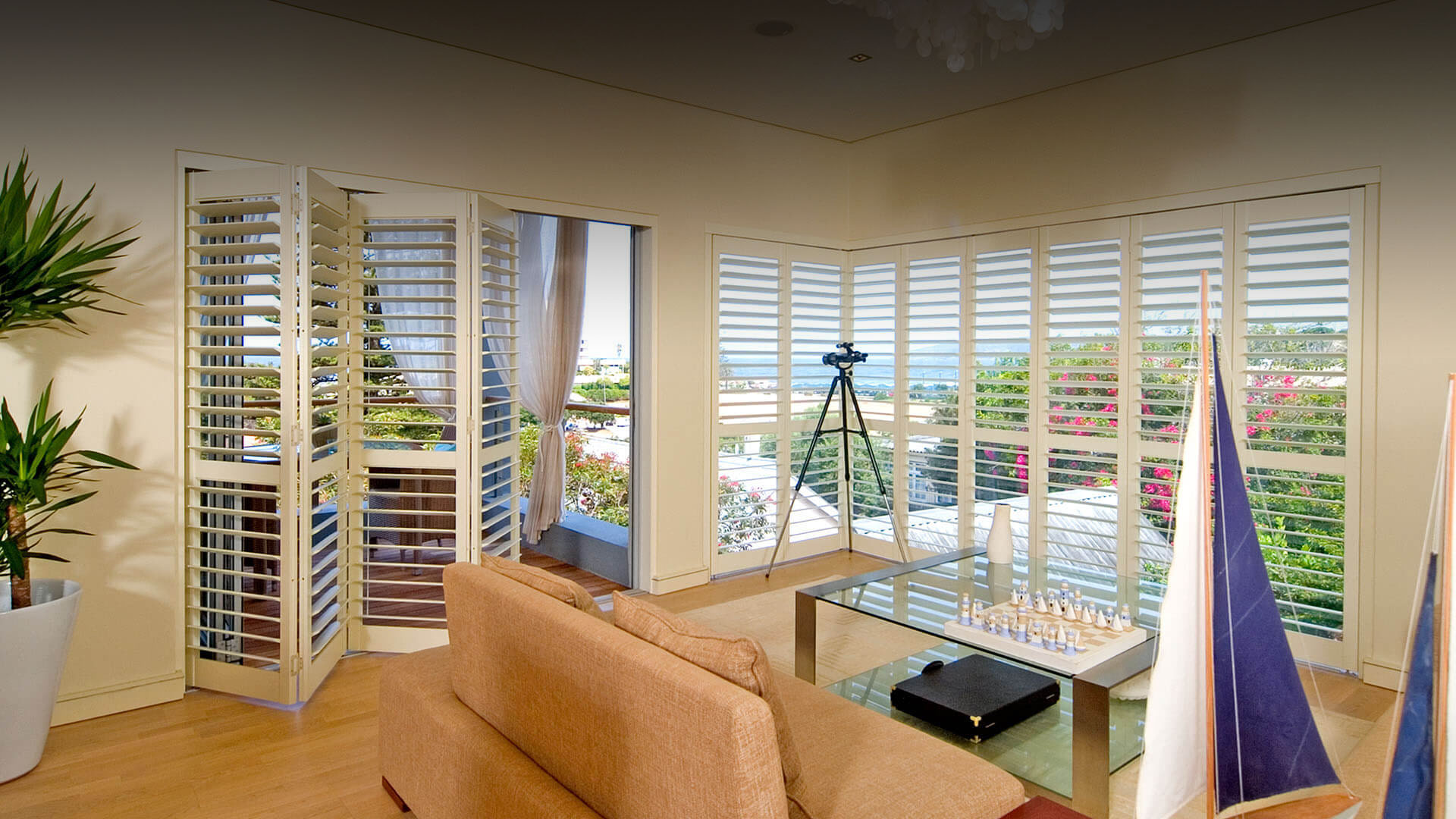 Operating plantation shutters for sliding doors